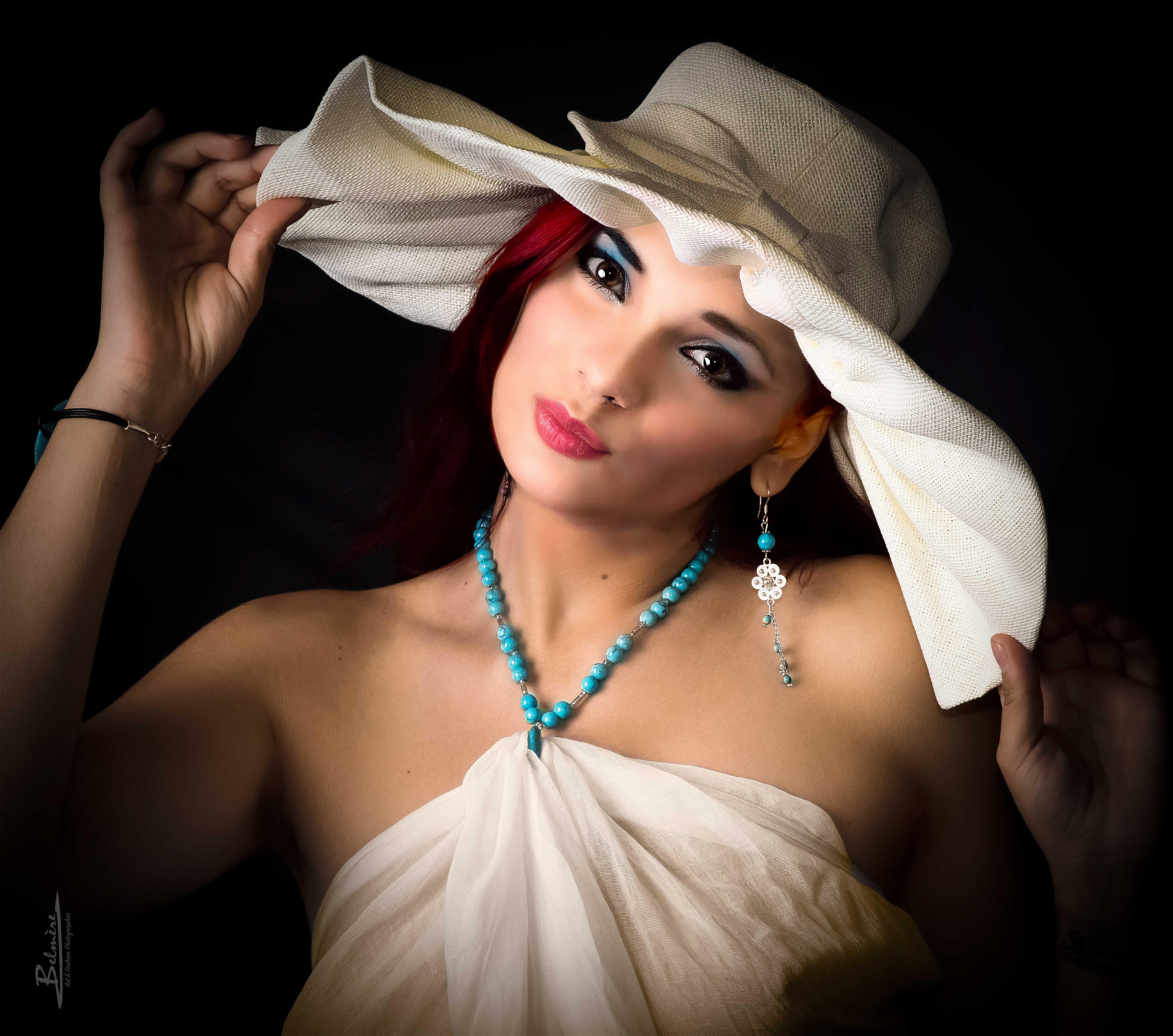 """Photographie Toulouse de Romy Locci. Photographe toulousain Jean-Victor Belmère, Photos en Studio 380... Superbe cliché du modèle maquillée par elle-même, habillée d'un paréo ivoire et d'un chapeau de même couleur ... Dénommé la """"fille au chapeau"""""""